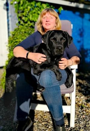 Sabine mit Labrador Mani auf dem Schoß liegend